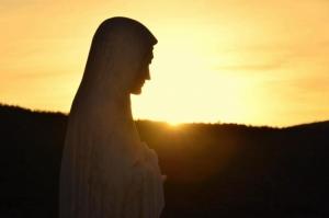 Як виглядає Матір Божа під час Своїх об'явлень в Меджугор'є ? Детальний опис.
