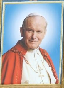 Єпископ у білому під материнським захистом Богородиці
