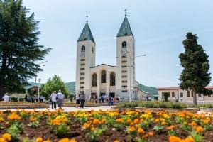 Розклад літньої молитовної програми в Меджуґор'є: щоденна Св.Меса хорватською мовою із 1 червня по 31 серпня – о 13:00